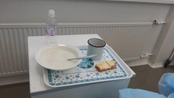 А мама тем временем готова к своему первому завтраку после родов